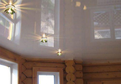 Натяжной потолок в бревенчатом доме