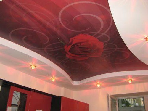 Двухуровневый натяжной потолок с фотопечатью в верхнем уровне